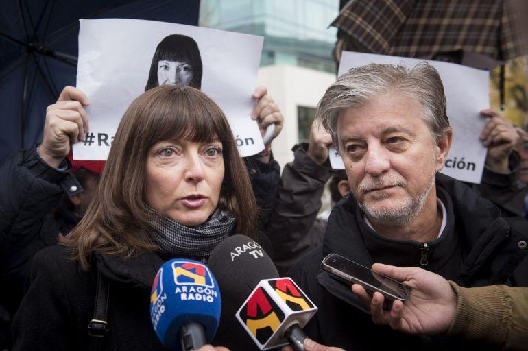 Raquel Tenías, activista y militante de Izquierda Unida y Zaragoza en Común, acompañada por el alcalde de Zaragoza, Pedro Santisteve, antes de entrar a los juzgados el pasado 25 de noviembre