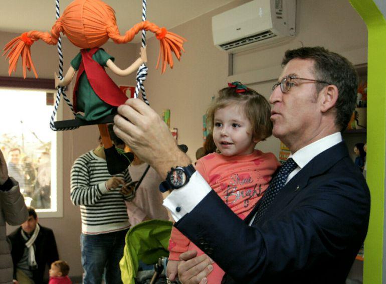 Alberto Núñez Feijoo durante una visita a un colegio en Ourense