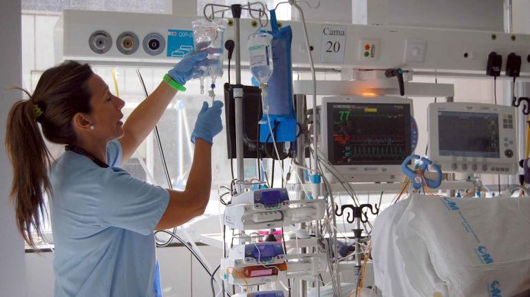 Una enfermera de la UCI del Hospital La Paz