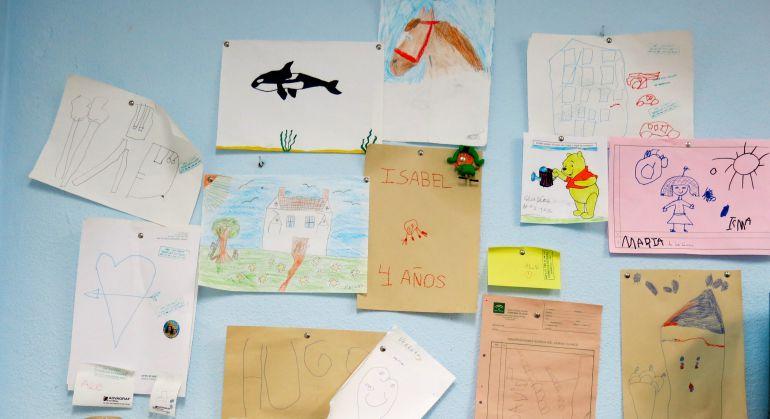 Pared de la consulta de nefrología del Hospital Puerta del Mar de Cádiz con dibujos de hijos de trasplantados
