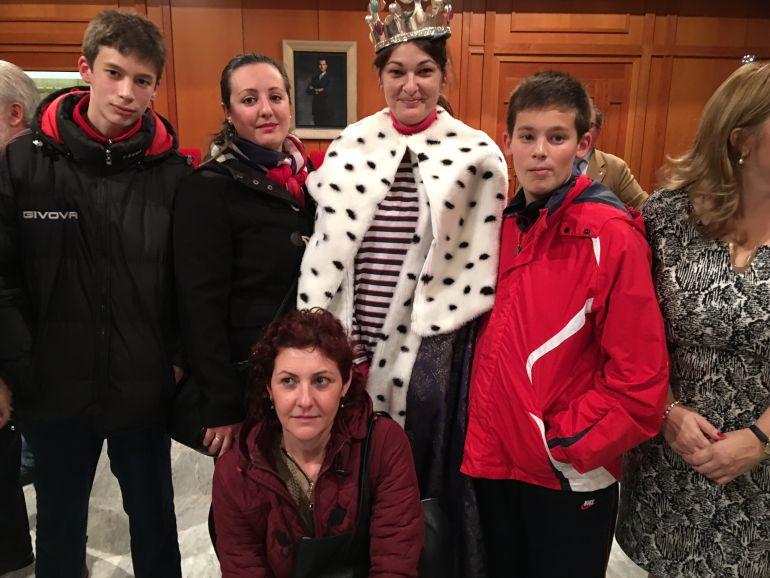 Elisa López junto a sus hijos y familiares