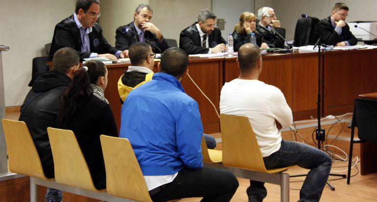 Imatge de la sala de l'Audiència de Lleida on ha tingut lloc el judici, amb cinc acusats i els seus advocats. Imatge del 2 de novembre de 2016.