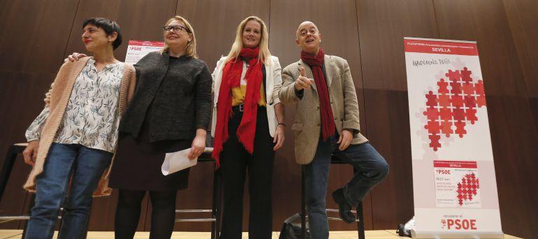 Los diputados socialistas Odón Elorza (d), Zaida Cantera (2d) y Rocío de Frutos (i), que rompieron la disciplina de grupo votando 'no' a la investidura de Mariano Rajoy, junto a la portavoz por Andalucía, Nieves Hernandez (2i), durante el acto organizado por la Plataforma Pro-Congreso Extraordinario y Primarias de Sevilla