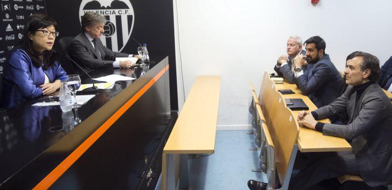 La presidenta del Valencia CF, Layhoon Chan (izquierda), y el director deportivo, Jesús García Pitarch (segunda por la izquierda), durante la rueda de prensa que han ofrecido esta tarde con asistencia entre otros del entrenador del Valencia, Cesare Prandelli (derecha).