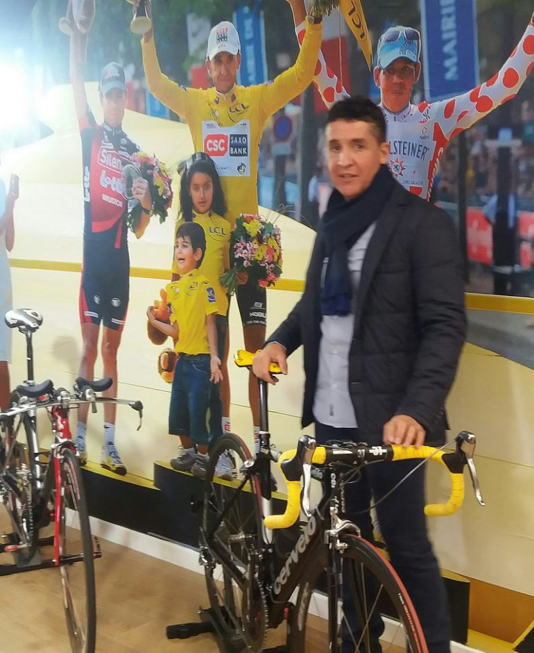 Carlos Sastre con algunas de las bicicletas que utilizó en el Tour de Francia en 2008