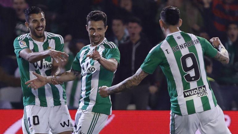 Rubén Castro celebra con Dani Ceballos y Sanabria el primer gol que marcó ante el Athletic Club de Bilbao.