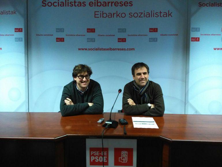 Eneko Andueza, secretario general de los socialistas eibarreses, y Miguel de los Toyos, alcalde de Eibar