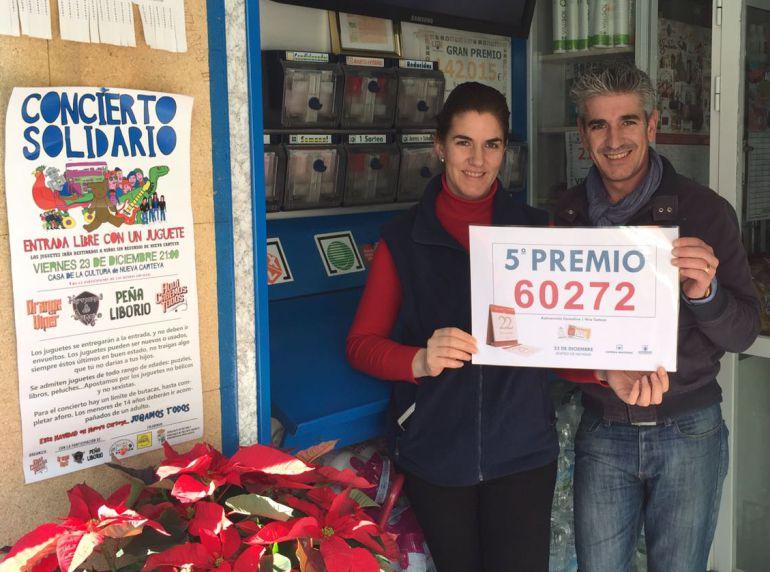 María del Carmen Priego y Aurelio Carmelo Priego , los hermanos de la adminsitración de Nueva Carteya que han repartido la suerte por quinto año consecutivo en el Sorteo de Navidad
