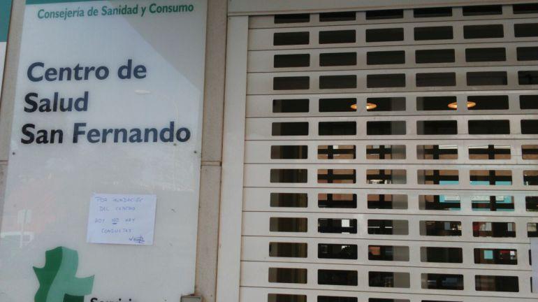 La rotura de una tubería ha obligao a suspender las consultas en el centro de salud de San Fernando