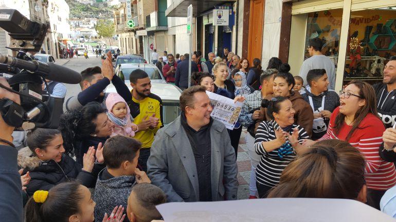Vecinos de Pinos Puente festejan junto al alcalde Enrique Medina.