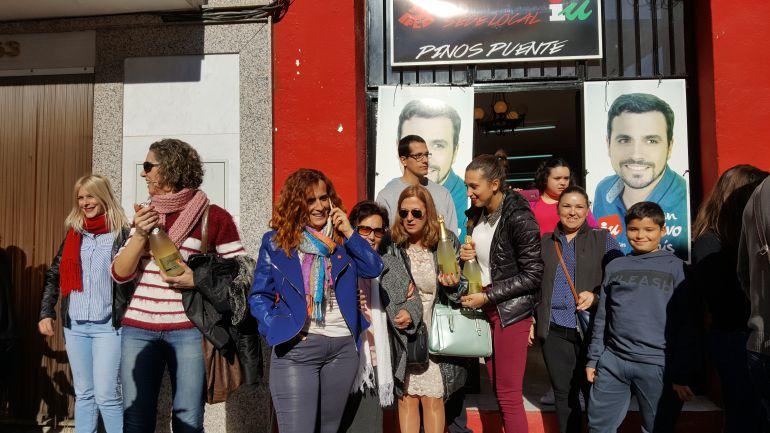 Celebración de numerosos vecinos de Pinos Puente ante la sede de Izquierda Unida.