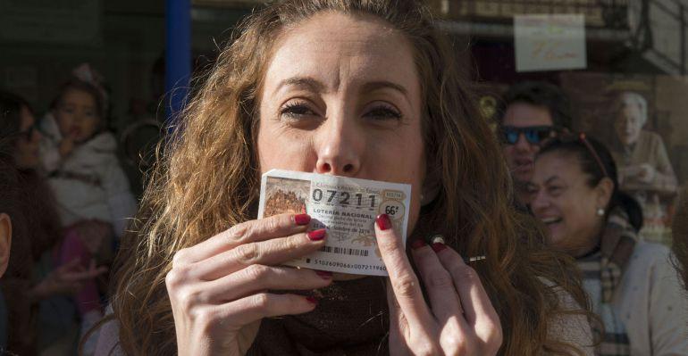 Una de las agraciadas con el cuarto premio en Andújar besa el décimo 7.211.