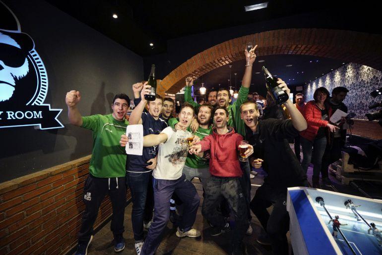 Jugadores del Club Balonmano Alcañiz (Teruel) celebran el cuarto premio de la Lotería de Navidad que han repartido mediante papeletas entre los jugadores y sus familiares y amigos
