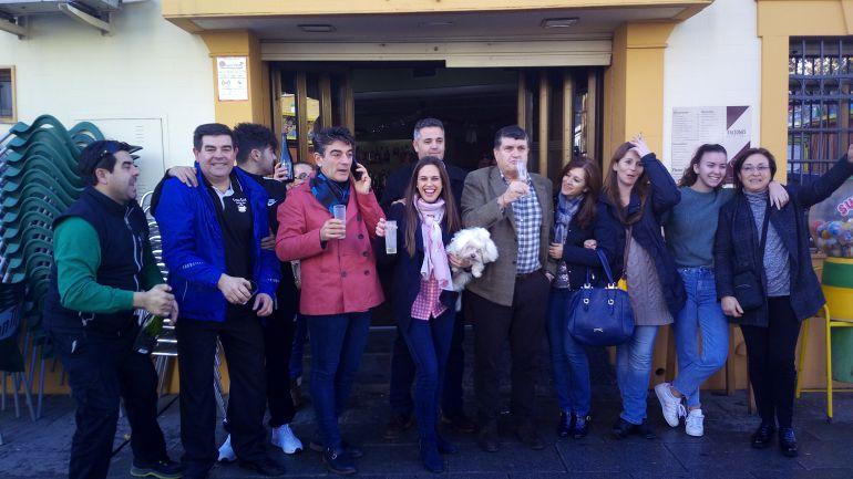 Algunos de los propietarios de décimos del segundo premio, entre ellos la persona que los ha distribuido, Alonso Céspedes.