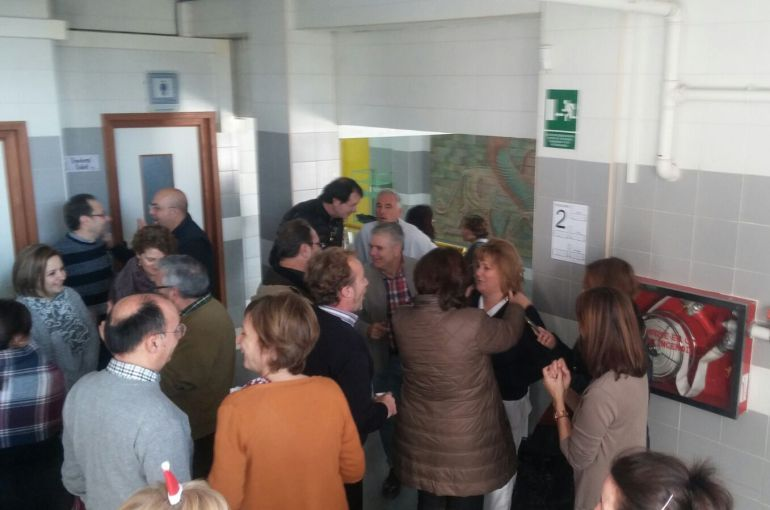 Ana rodeada de sus comapañeros en el Instituto Pedro de Valdivia