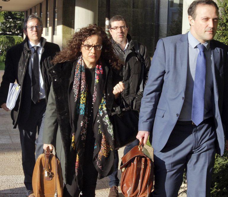 Los dos altos cargos de Sanidade imputados, Félix Rubial y Carolina González Criado-Mateo, a su llegada a los juzgados
