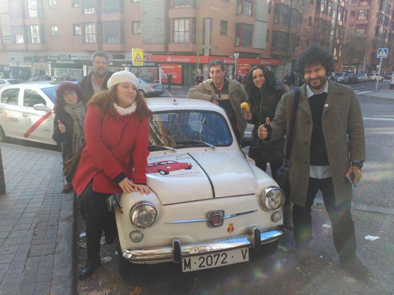 Los oyentes ganadores, Jose, Evaristo y Mari Luz junto a Óscar García, de 600 Tour Madrid, nuestra compañera Elena Jiménez y Úrsula Gutiérrez, la actriz que protagoniza 'Sole, sola' en el Teatro Lara.
