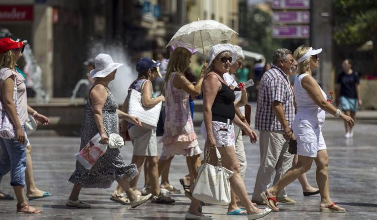 Turistas paseando por el centro de la ciudad de Valencia