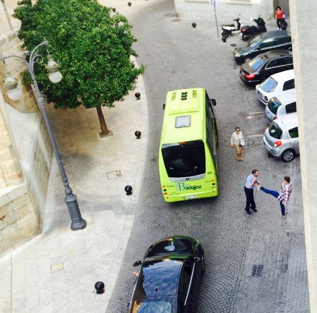 La mujer denunciada lanza una patada al conductor del microbús