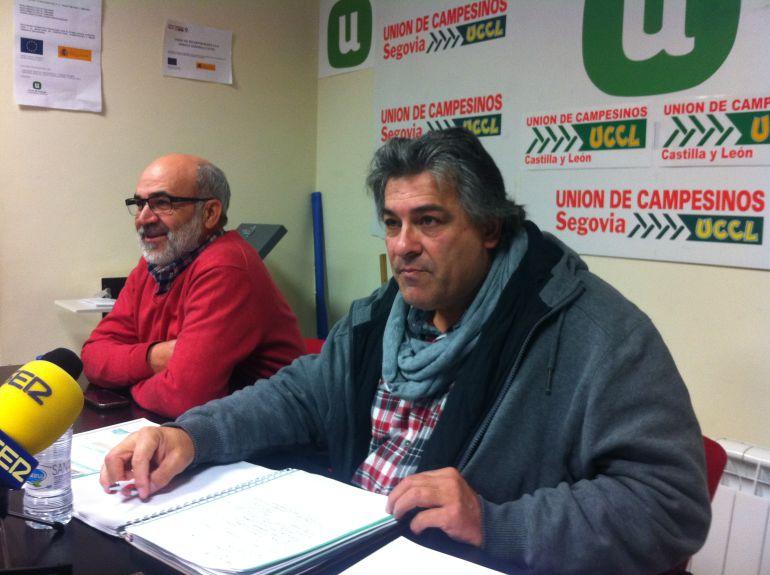Juan Manuel Palomares (D) coordinador de la Unión de Campesinos de Segovia junto a Fernando de La Fuente (I) miembro de la comisión ejecutiva del sindicato ,durante el balance del año 2016.