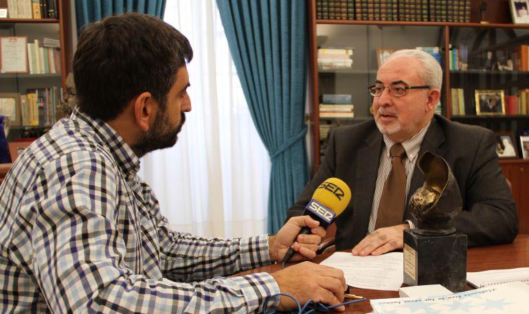 José Luis Mendoza siendo entrevistado por el periodista de la SER José Antonio Vera