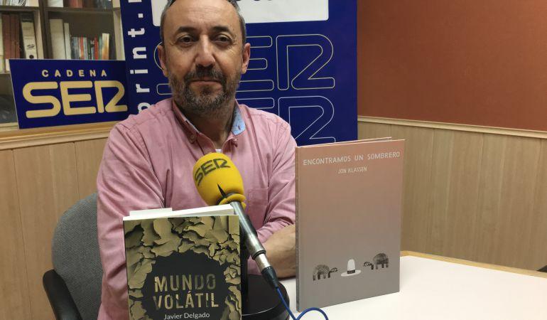 Chema Contreras, director de Rincón Literario, posa con las recomendaciones literarias de la semana