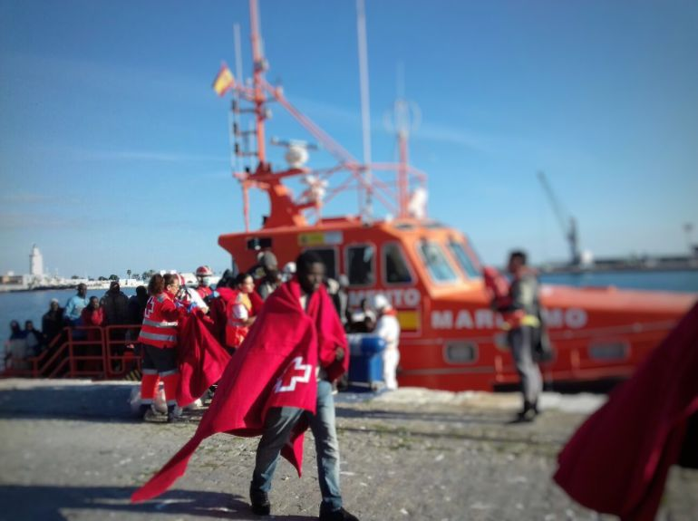 Asistencia a los inmigrantes a su llegada al puerto de Málaga este domingo