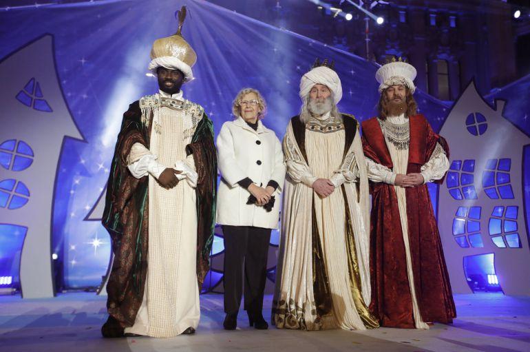 La alcaldesa de Madrid, Manuela Carmena recibe a los Reyes Magos, a su llegada a la plaza de Cibeles.