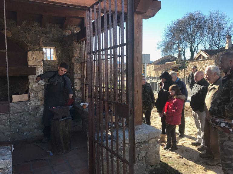 Imagen de la inauguración de los trabajos de recuperación de la vieja fragua de Sotosalbos.