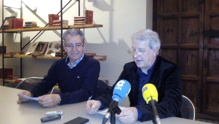 El concejal de Cultura Javier Gómez Vidal y el escritor tudelano Pepe Alfaro