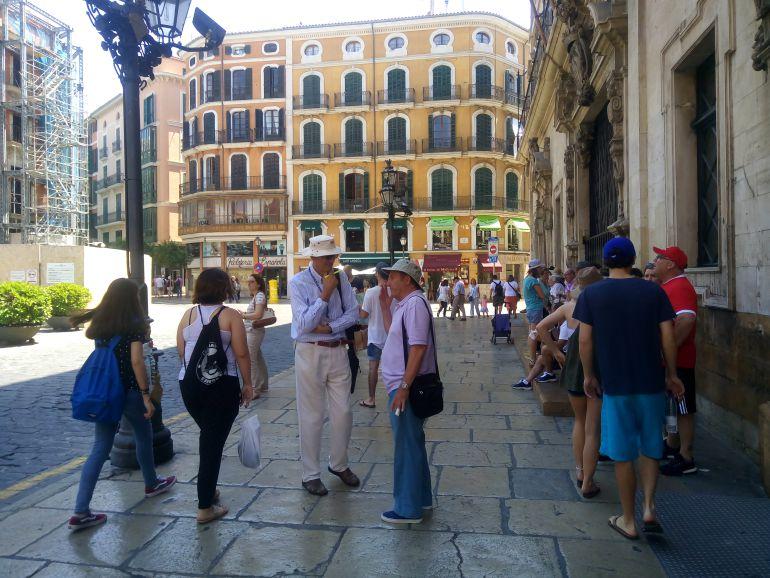 Turistas en la plaza de Cort de Palma