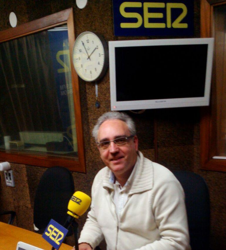 Benito Iglesias en los estudios de Radio Ourense