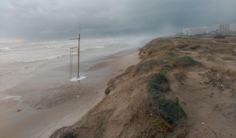 Imagen de este mismo viernes dela playa de la Devesa sin arena