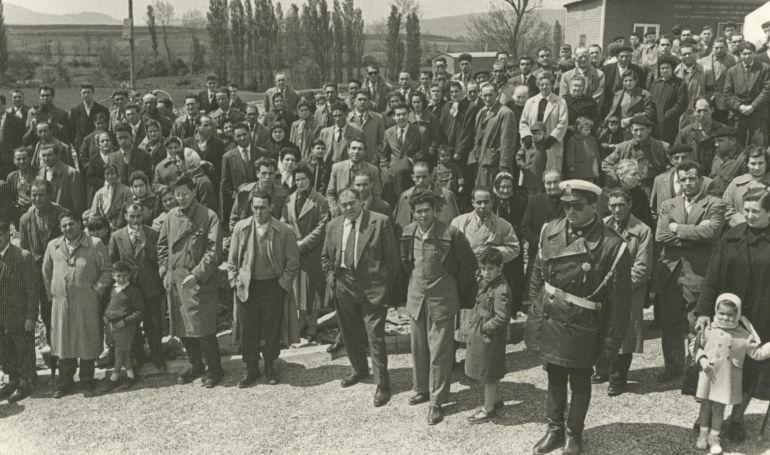 ASISTENTES A LA ENTREGA DE LLAVES DE ABETXUKO. 1959
