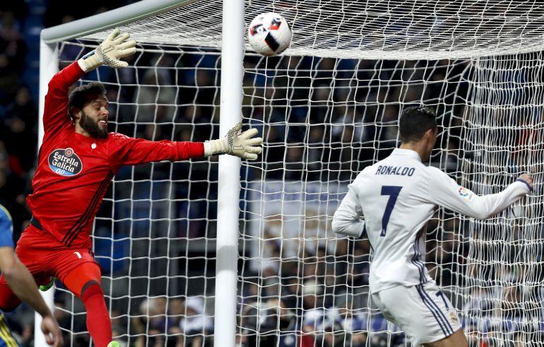 Sergio Álvarez en un lance del partido ante el Real Madrid