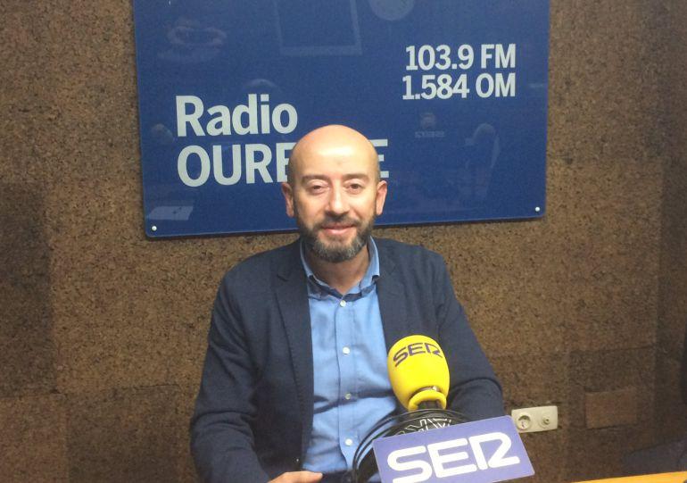 El portavoz municipal en los estudios de Radio Ourense