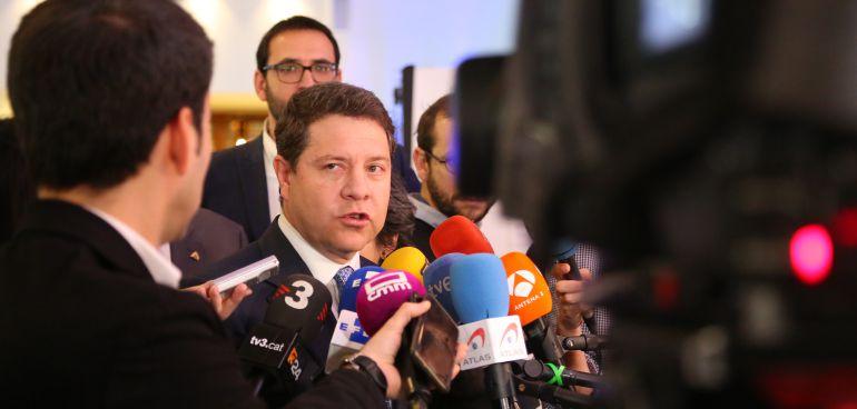 García-Page atiende a los medios de comunicación en su visita a Bruselas
