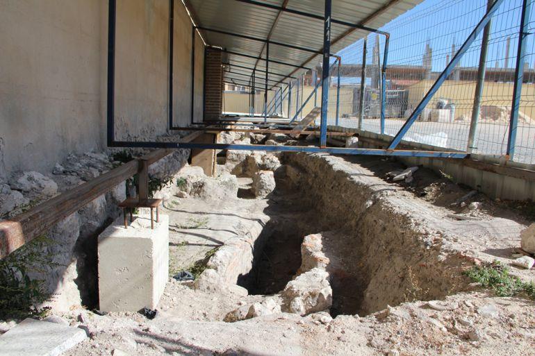 Tumbas aparecidas en el lateral de la iglesia de San Martín y espacio en el que se situará el centro de recepción de visitantes de las Edades de Cuéllar