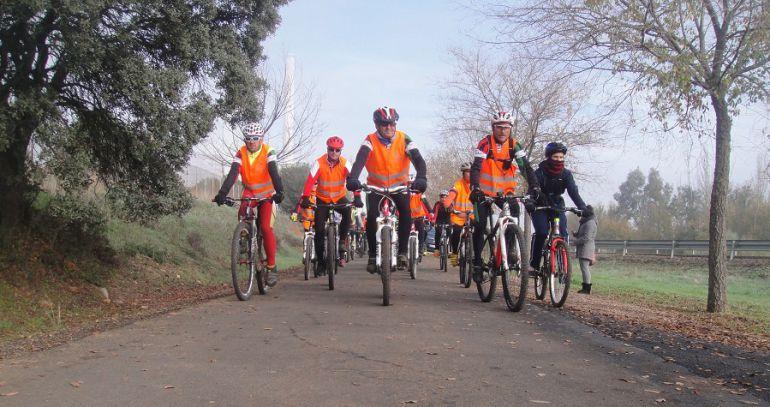 Cicloturistas transitan por la Vía verde del Carbón y la Plata