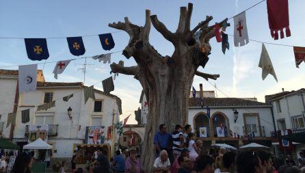 Fiesta medieval de Torralba en 2016 bajo el olmo ya seco.