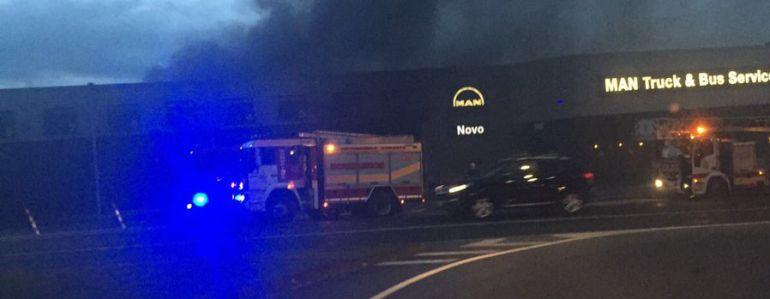 Incendio en el concesionario de camiones de Iñás