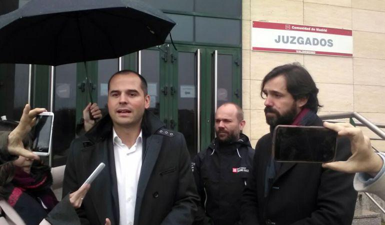 El portavoz de Ciudadanos en la Comunidad de Madrid, junto con el alcalde de Valdemoro después de visitar los Juzgados.
