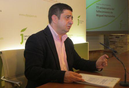 El presidente de la Diputación Provincial de Jaén, Francisco Reyes, detallaba en rueda de prensa el programa de actividades para conmemorar el 75 aniversario de la muerte del poeta.