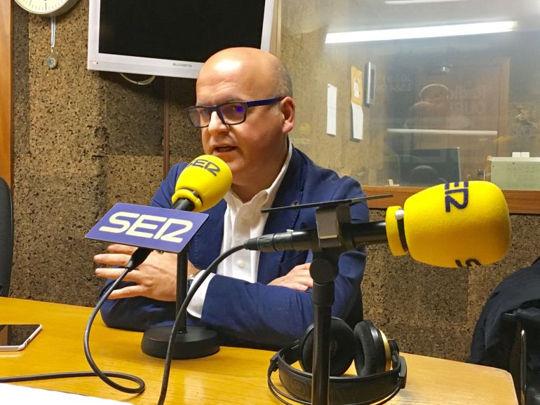 El presidente Jose Manuel Baltar en los estudios de Radio Ourense