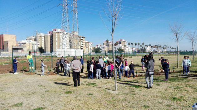 Plantamos árboles en el Parque Guadaíra con niños del colegio Paz y Amistad