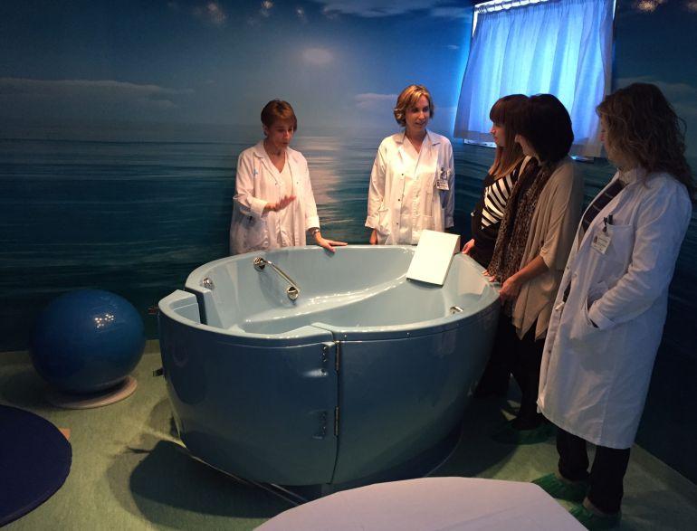 Professionals de l'Hospital Verge de la Cinta de Tortosa, amb una embarassada a l'habitació de part natural del centre tortosí