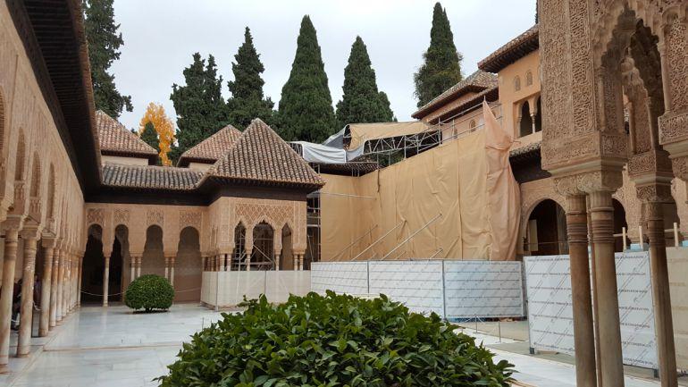 Reciente vista de las obras en las cubiertas del Palacio de los Leones de la Alhambra (Granada)