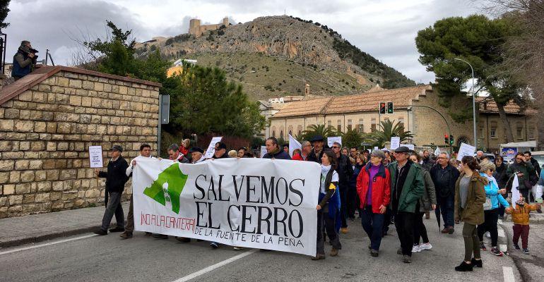 Cabecera de la manifestación contra la cantera del cerro de la Fuente de la Peña.