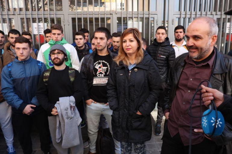 Los diputados de Podemos por Granada Carmen Lizárraga y Jesús de Manuel junto a estudiantes de FP a los que se les han reducido las becas