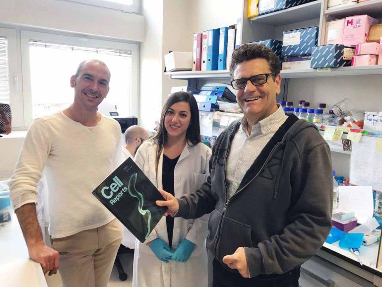 Los investigadores en el centro del CSIC en Granada